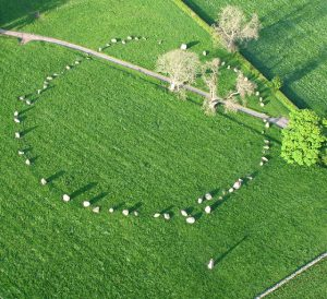 Long Meg and her Daughters as seen from the air. Simon Ledingham [CC BY-SA 2.0 (http://creativecommons.org/licenses/by-sa/2.0)], via Wikimedia Commons